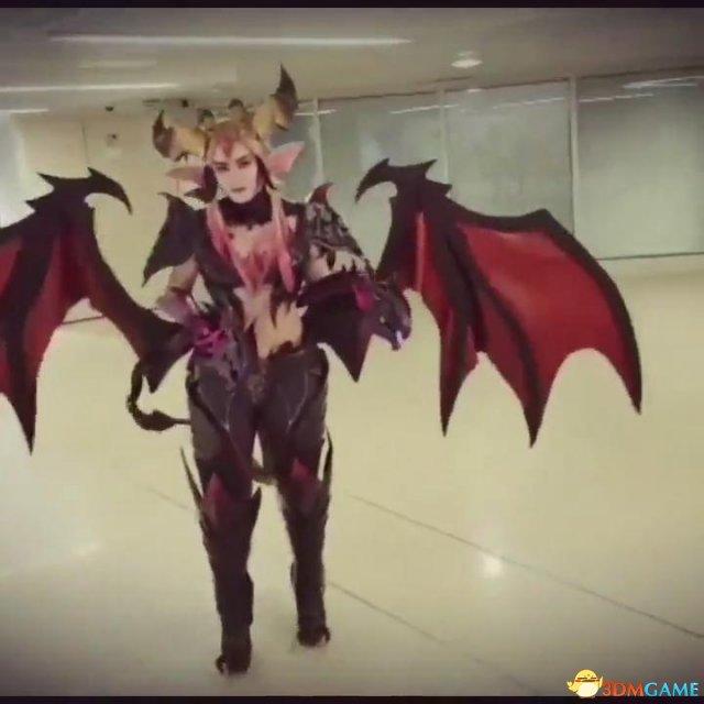 游戏新消息:英雄联盟婕拉驯龙女巫Cos土豪版翅膀还能动