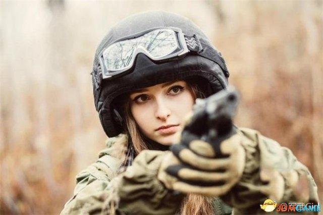 <b>家里枪械成堆!俄罗斯最美女军事迷COS 靓丽清新</b>