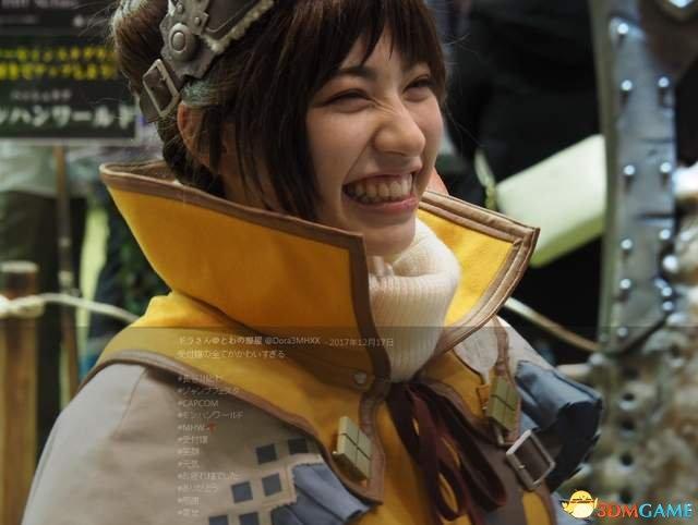 《怪物猎人》真人受付娘 这个笑容就是最好的BUFF