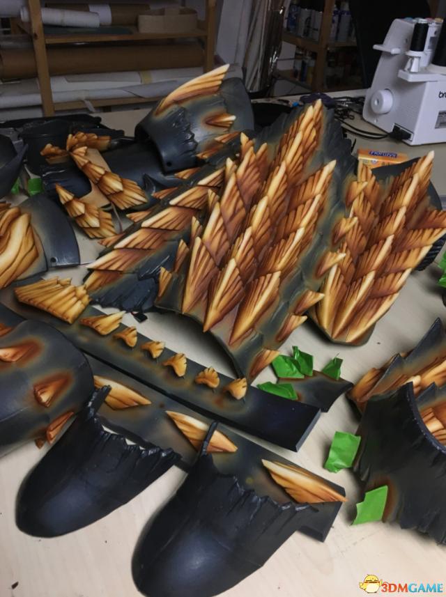 超帅!《怪物猎人》女玩家打造雷狼龙盔甲套装