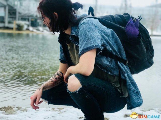 美女Cos《美国末日2》艾莉 冰天雪地穿露膝牛仔裤