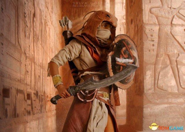 《刺客信条:起源》巴耶克神级Cos 还以为游戏画面
