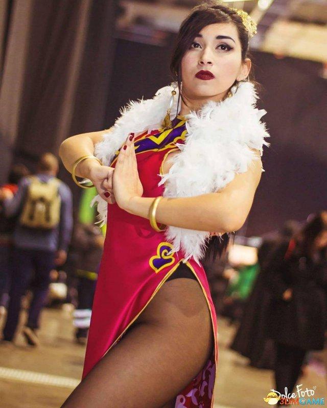 智利美女Cos旗袍泳装版春丽 身材火辣颜值超高