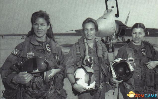 美國飛機失事迫降成功 美女英雄曾是F18飛行員