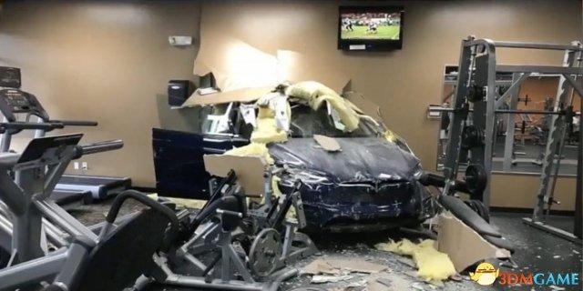 <b>特斯拉Model X又出事故:突然自动加速冲破两堵墙</b>
