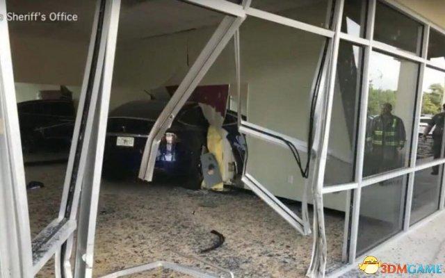 特斯拉Model X又出事故:突然自动加速冲破两堵墙