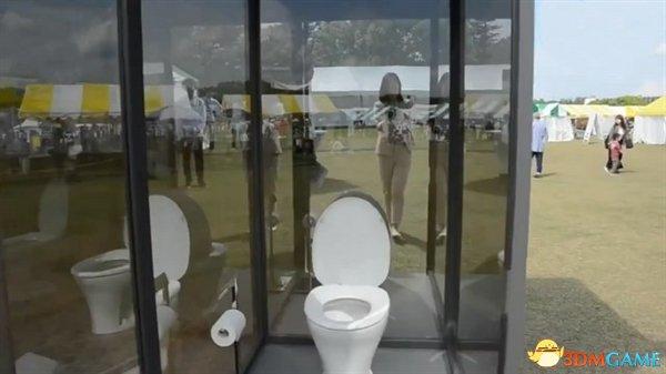 """日本发明""""透明厕所"""" 可以给你室外大小便的感觉"""