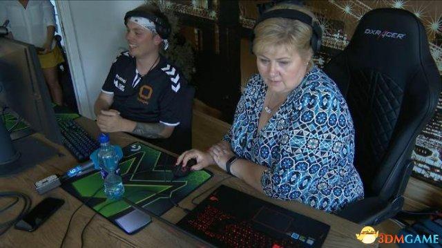 挪威女首相接受玩家挑戰玩《堡壘之夜》稱能學东西