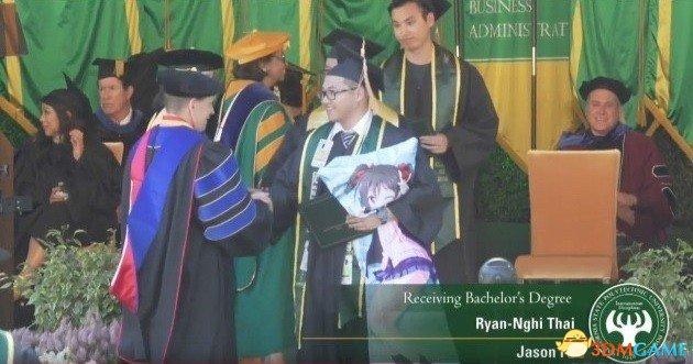 爱情力量真伟大 大学生带动漫抱枕领上台领毕业证