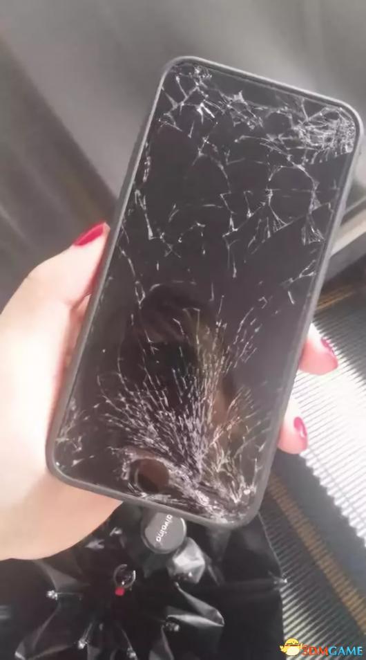 大妈捡到手机索要两千酬金不成 气急败坏摔了手机
