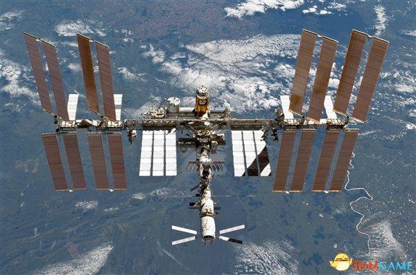 <b>如果从国际空间站上跳下:两年半后才能到地面</b>