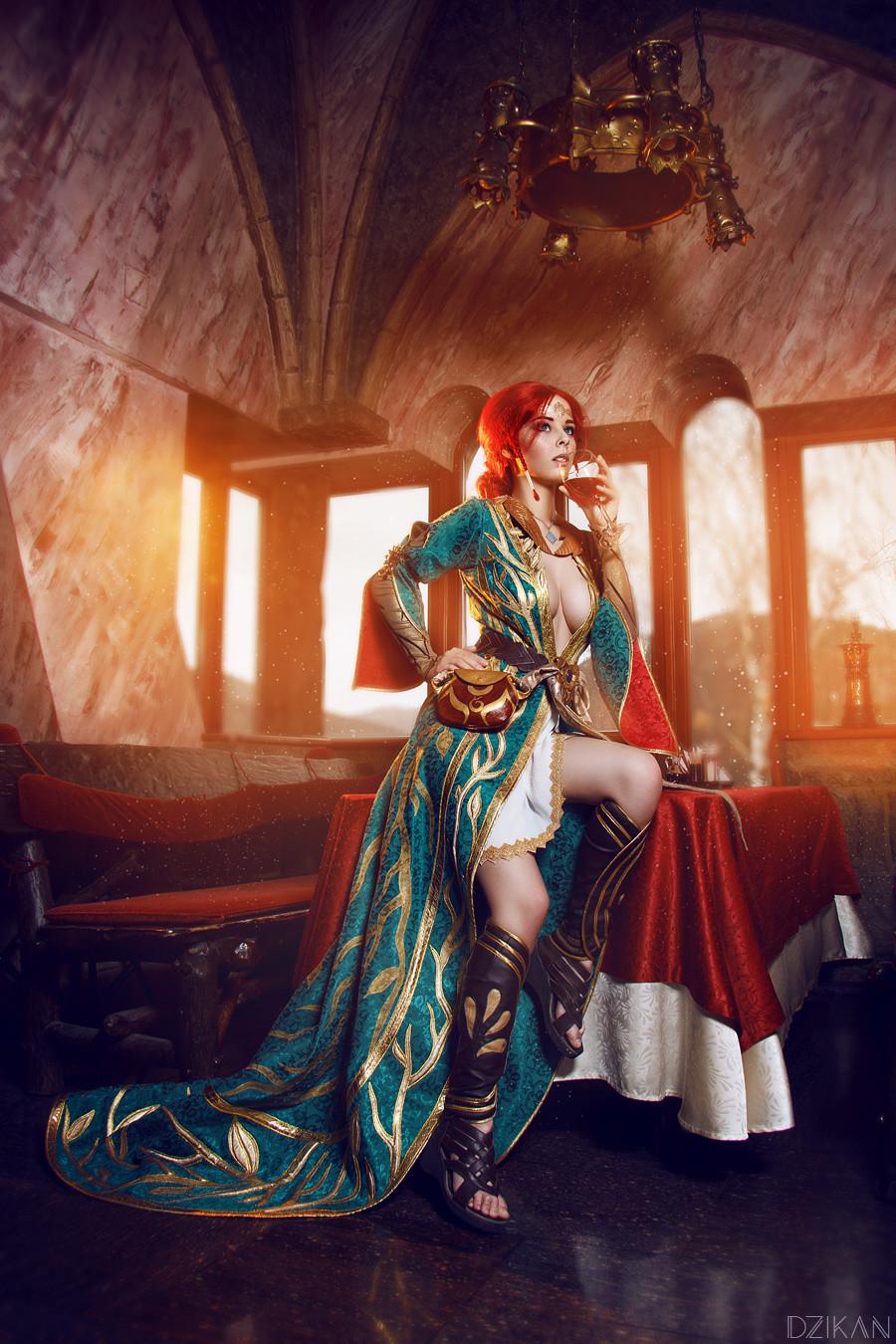 游戏资讯_俄罗斯美女Cos《巫师3》特莉丝 半露酥胸美背撩人吸睛_3DM单机