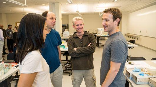 <b>扎克伯格夫妇投130亿美元做慈善:想要消除人类疾病</b>