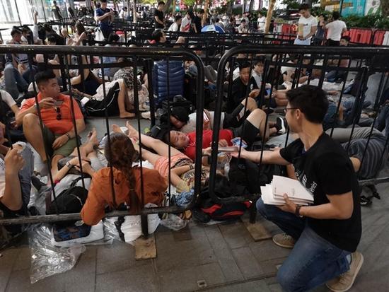 操作有點騷:華為員工在新加坡蘋果店派發移動電源