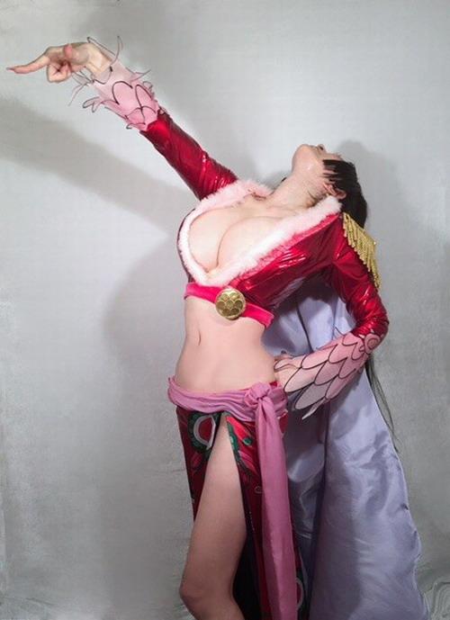 日本51岁女星叶美香Cos《海贼王》女帝 依旧波涛汹涌