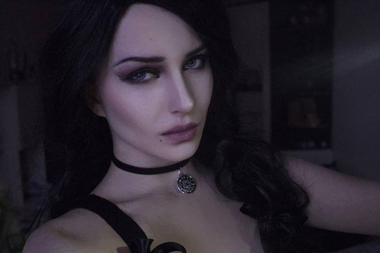 国外美女Cos《巫师3》叶奈法 眼神犀利霸气侧漏