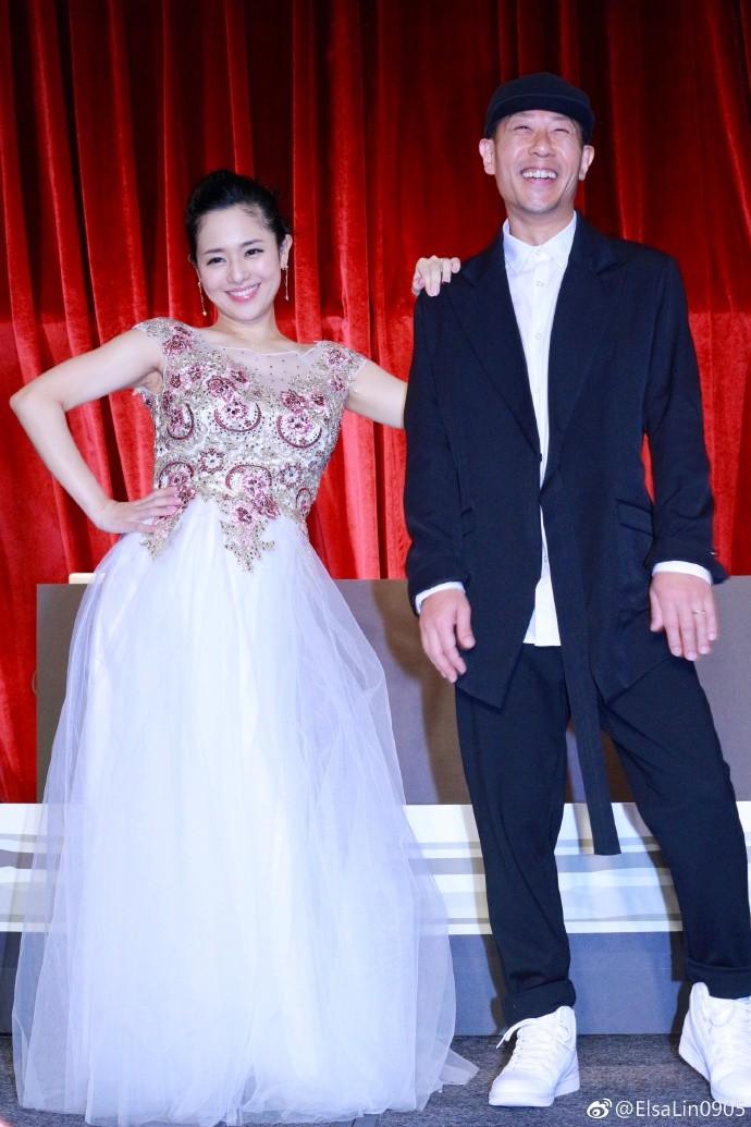 苍井空与老公合体亮相 宣布怀孕五个月笑容幸福