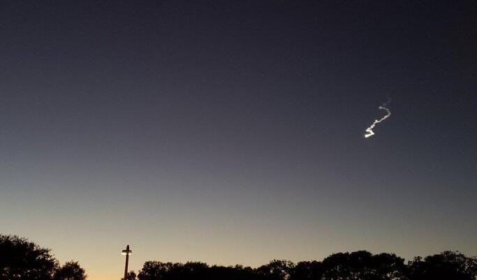 美国旧金山上空出现神秘蜿蜒亮光 但其实并不是UFO