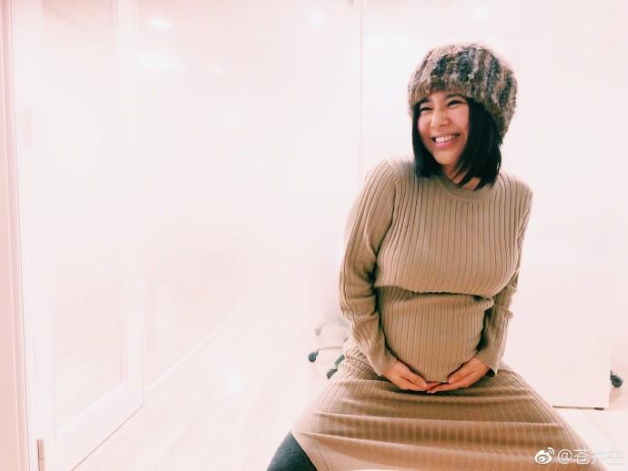 苍井空宣布怀的是双胞胎 晒出孕期美照笑容灿烂