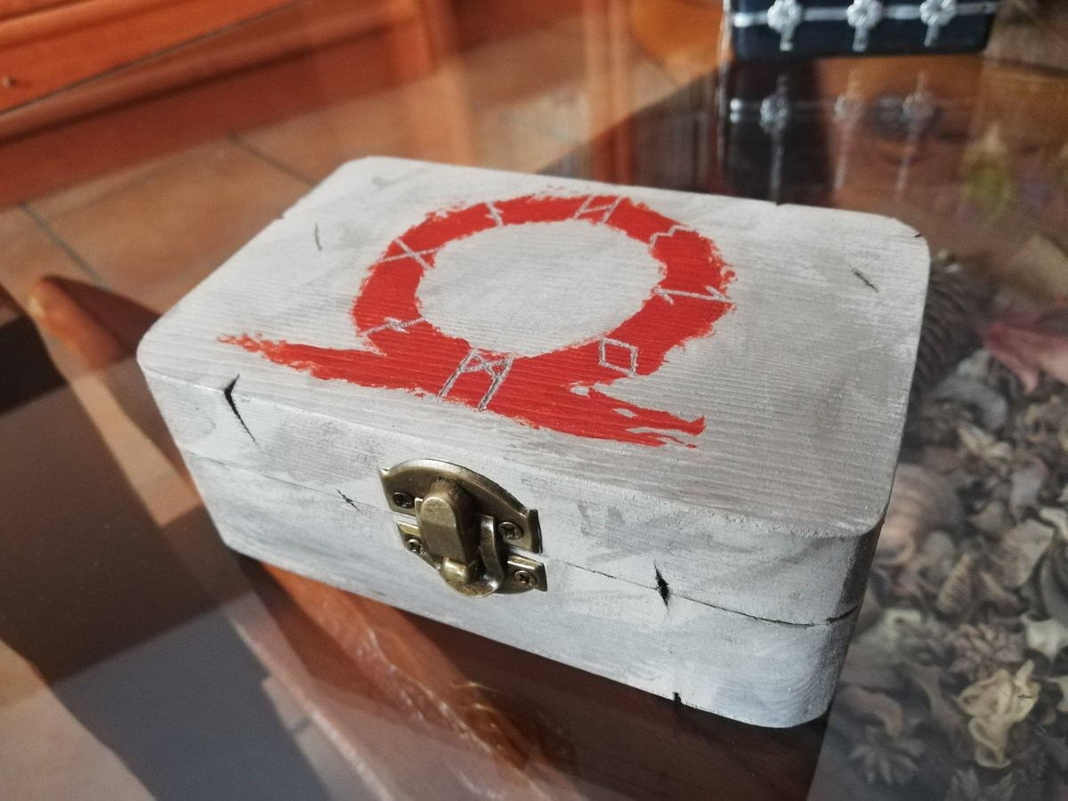 国外玩家晒女友做的《战神》宝箱 造型精美获制作人点赞