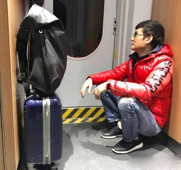 吴京带小板凳坐火车却遭网友质疑 12306是这样解释的