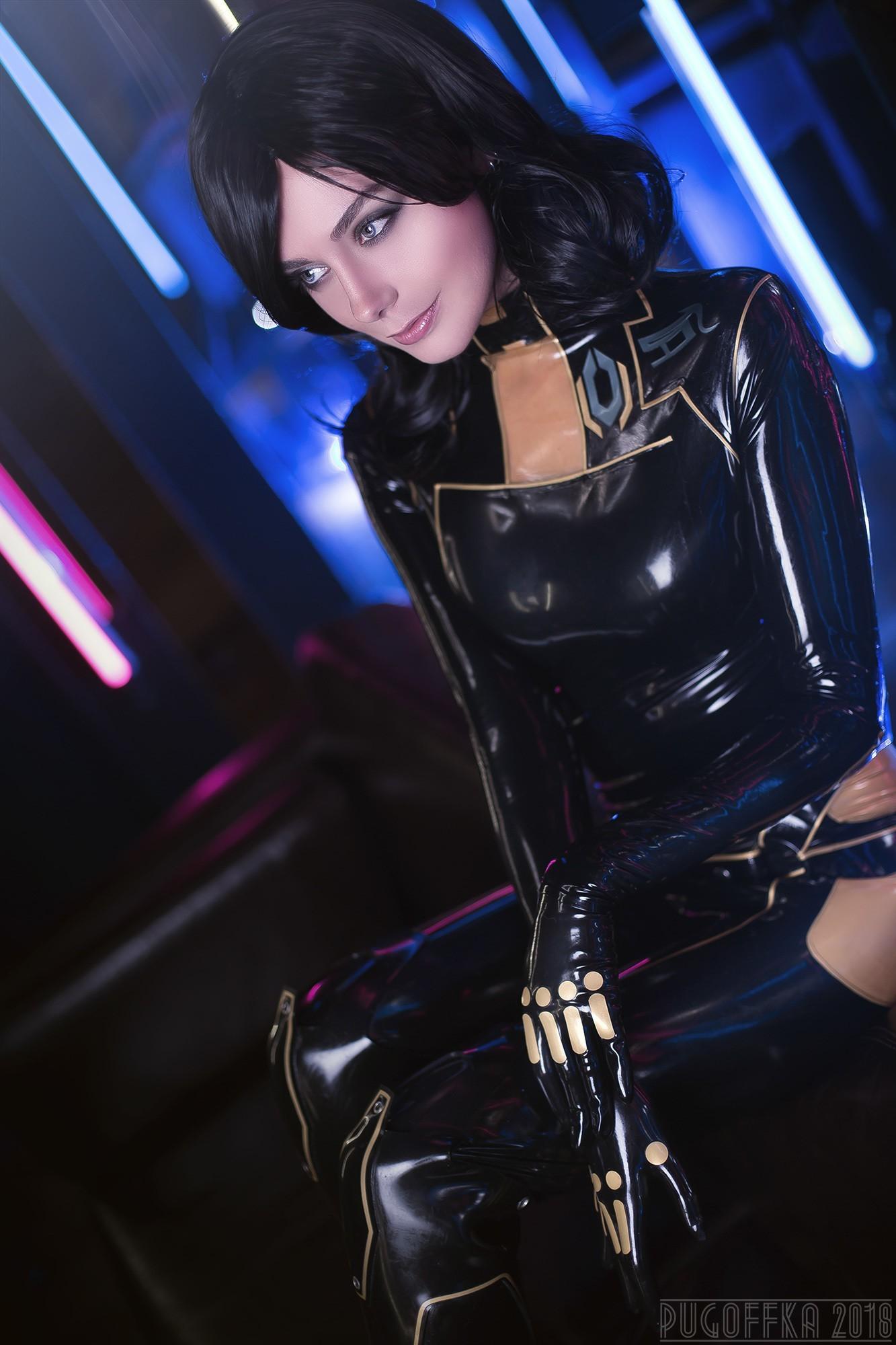 俄美女COS《质量效应》米兰达 身材性感姿势诱人