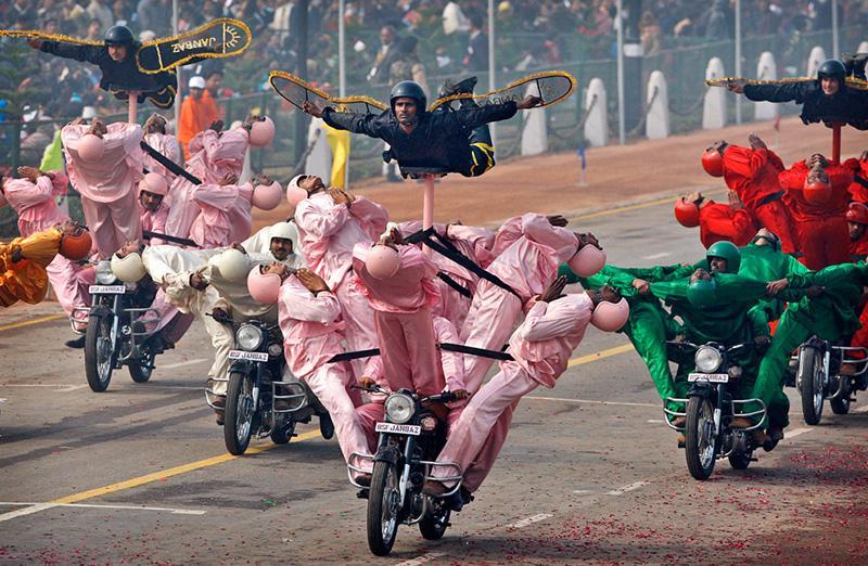 印度共和日阅兵堪比杂技天团 网友:阅兵也要开挂?