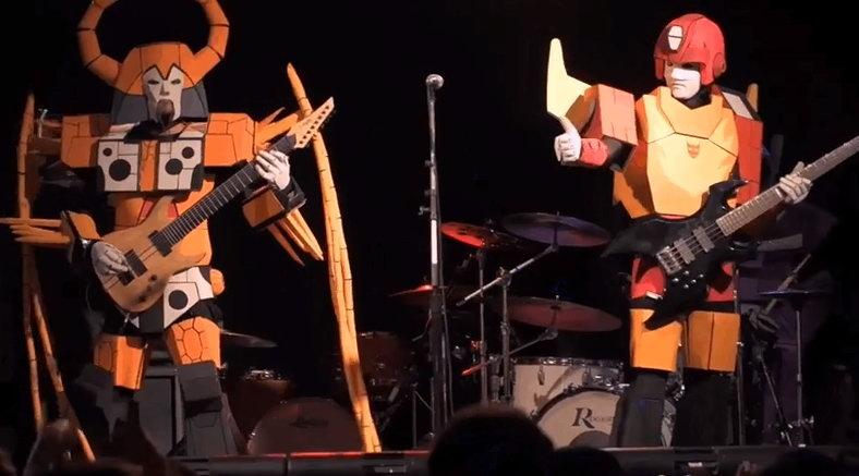 变形金刚会唱歌!国外Cosplay乐队表演经典曲目