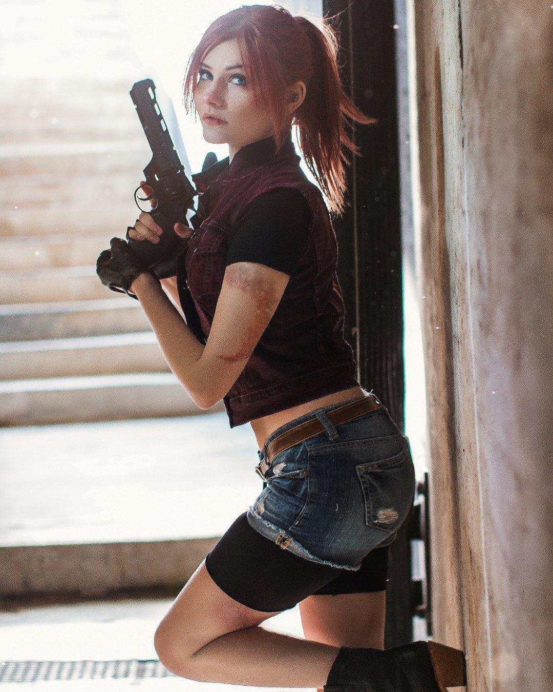 美女Cos《生化2重制版》克莱尔 手拿大枪性感诱人