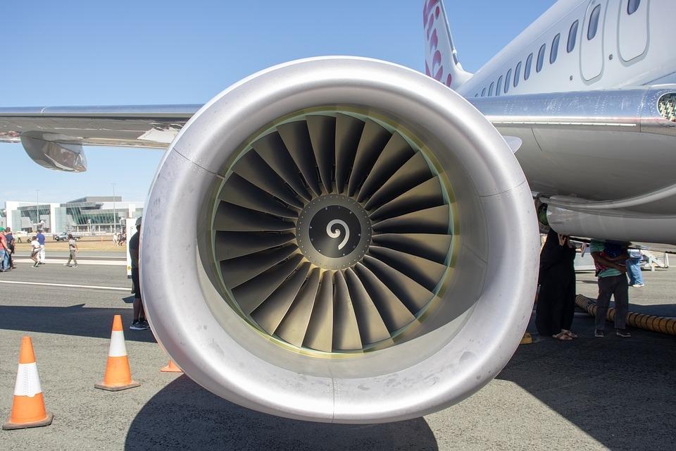 男子往飞机发动机仍硬币祈福:造成损失14万将被起诉