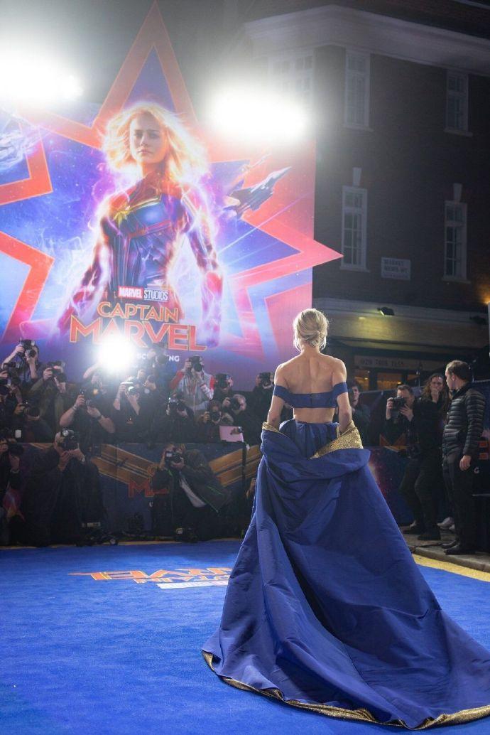 敢说不美?《惊奇队长》伦敦首映 队长蓝裙性感