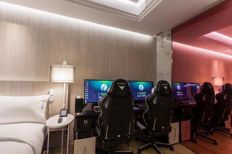 """男女开房图片_""""电竞酒店""""火了!客房统一高配电脑 开房只为玩游戏_3DM单机"""