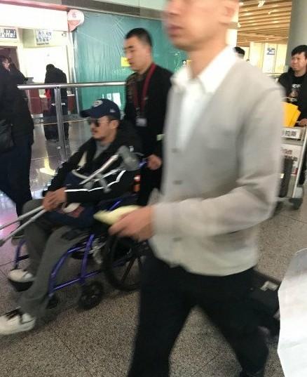 吴京拍建国献礼新片《攀登者》受伤 坐轮椅返回北京