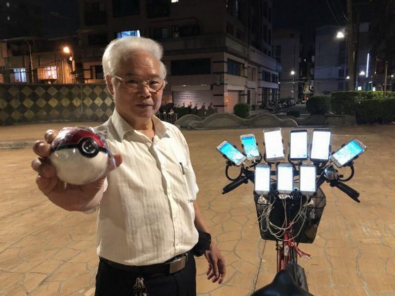 超硬核玩家!70岁台湾大爷同时用21部手机玩宝可梦