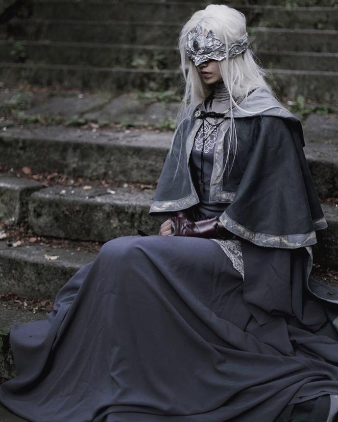 国外美女Cos《黑暗之魂3》防火女 气质冷艳完美还原
