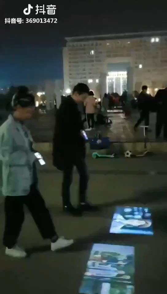 老外点评自带投影仪的中国智能手机:自杀新方式