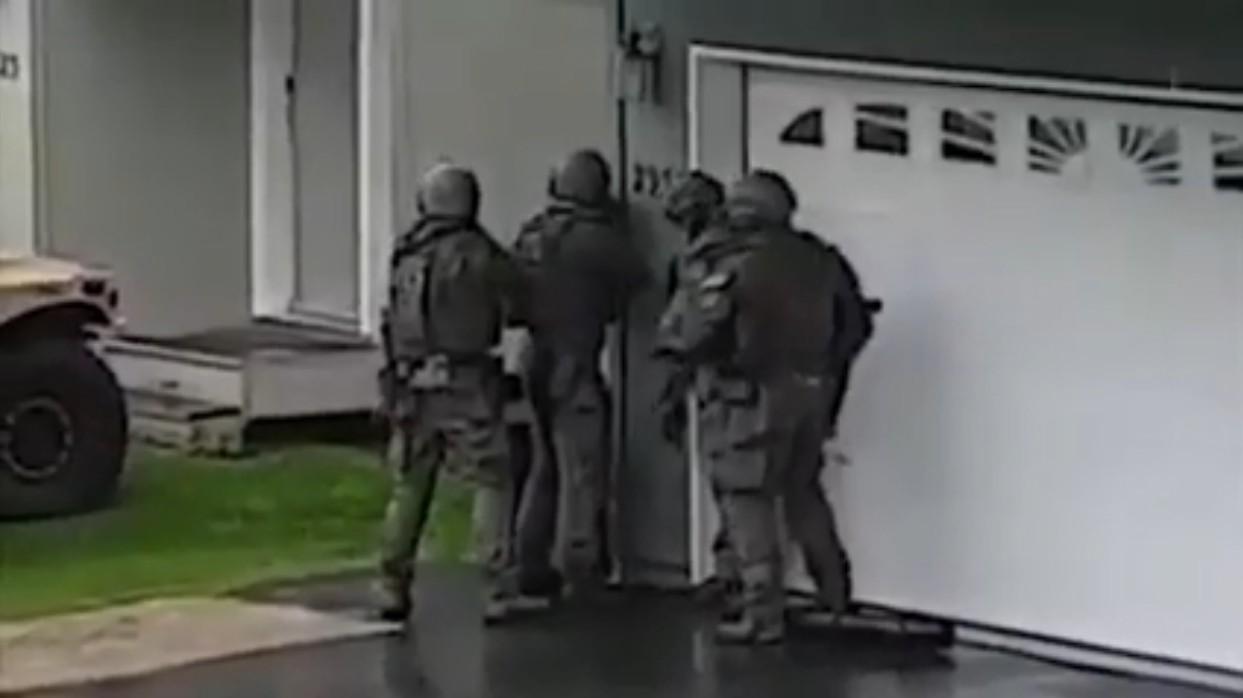 黑人任粉游戏主播直播自杀 被特警队强行开门查水表