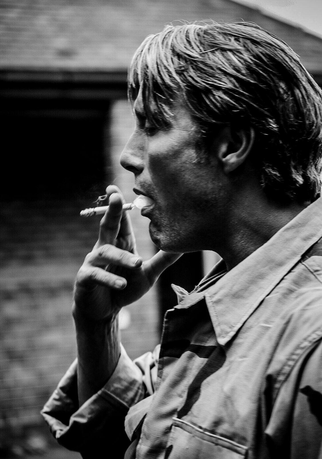 小岛:被拔叔吸烟的样子迷倒 干脆为他修改了人设
