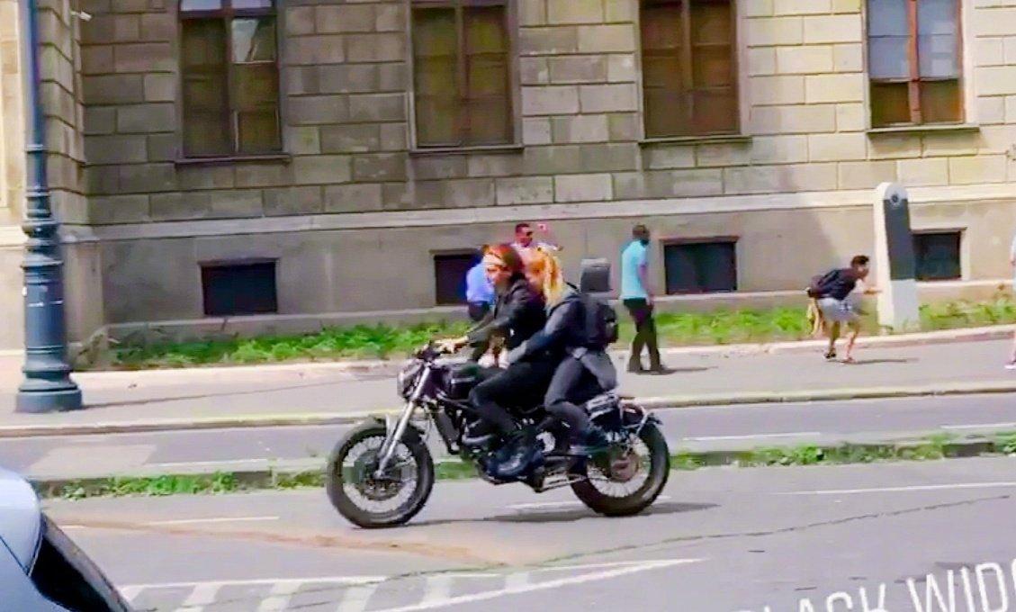 《黑寡婦》電影最新片場照 寡姐騎摩托車街頭狂飆