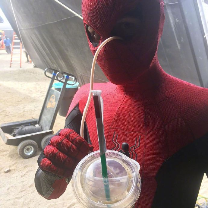 """《蜘蛛侠:英雄远征》片场照 荷兰弟""""用眼睛喝咖啡"""""""