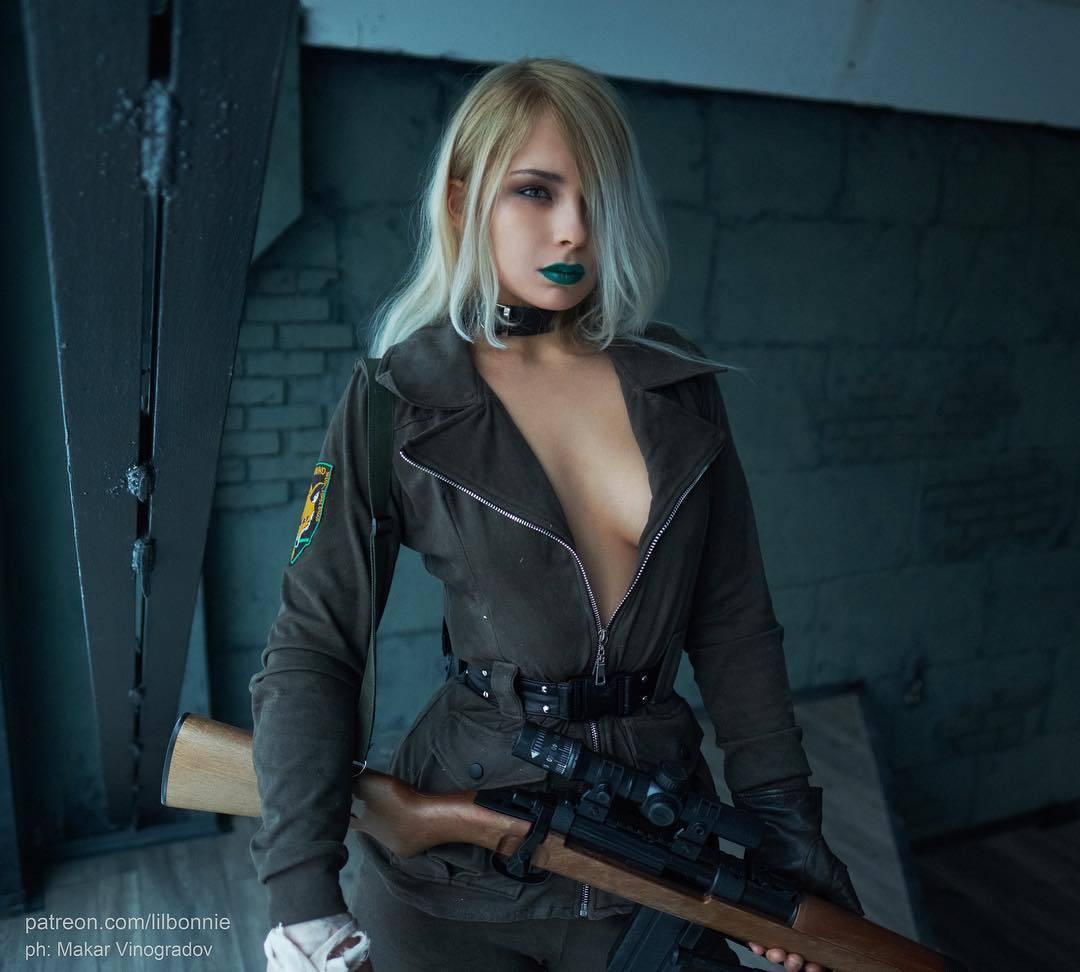 美女Cos《合金装备》狙击雪狼 胸前大开露双峰太刺激
