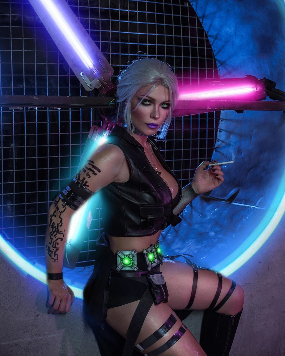 《赛博朋克2077》女主Cos美图 美女手握双枪超胸狠