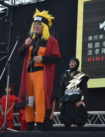 日本县长爱动漫 妖娆海贼王COS造型引电视直播主持人笑场