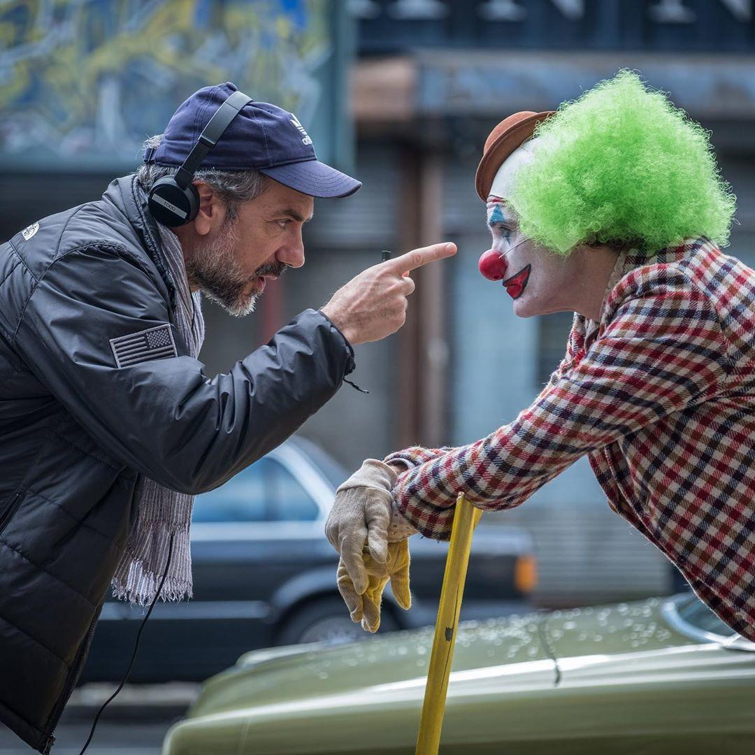 DC电影《小丑》幕后工作照曝光 杰昆与导演谈笑风生DC电影《小丑》幕后工作照曝光 杰昆与导演谈笑风生