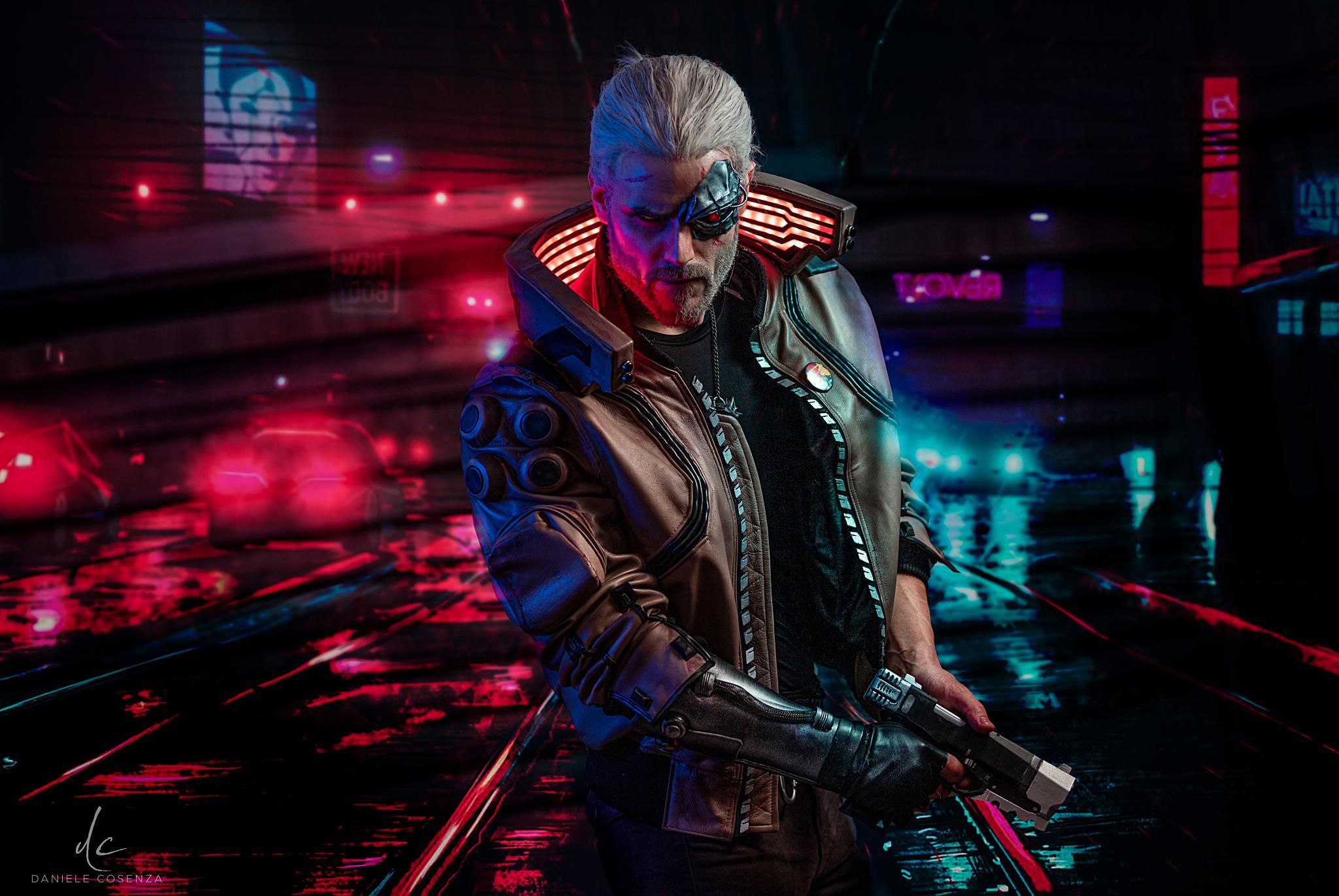《赛博朋克2077》X《巫师》混搭COS展示未来版杰洛特