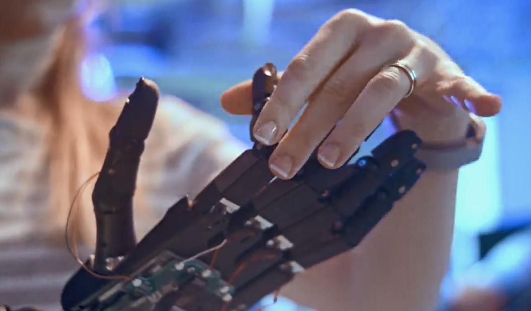 最新AI技术搭载!单手转魔方机器人公开演示引关注