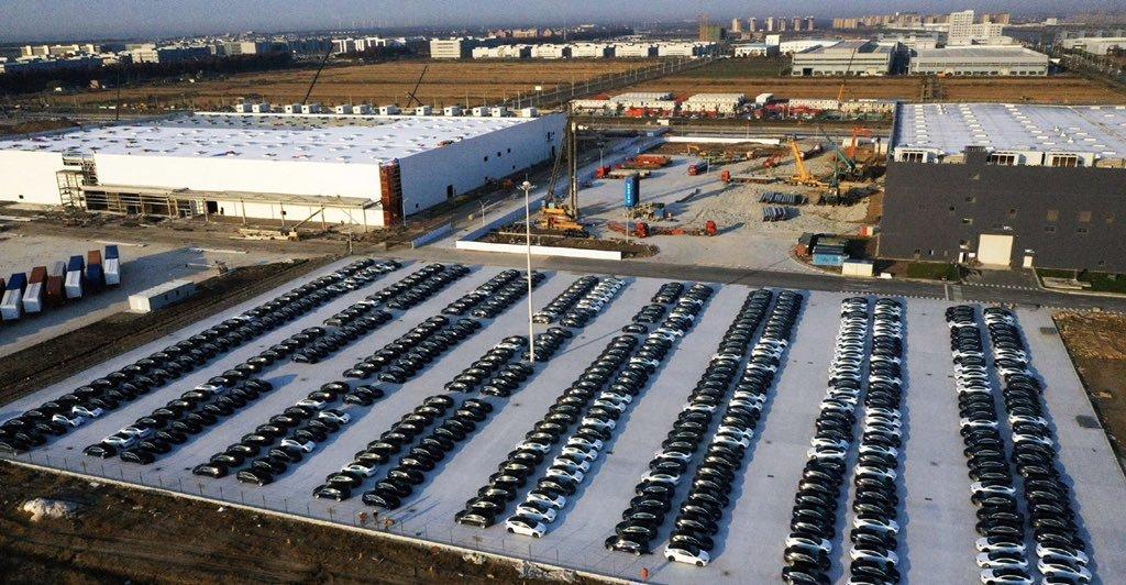 产量大涨!特斯拉上海工厂停满全新Model 3