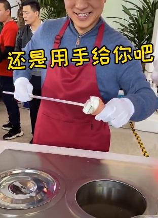 李彦宏用会飞的冰淇淋整蛊小朋友 小朋友:我太难了