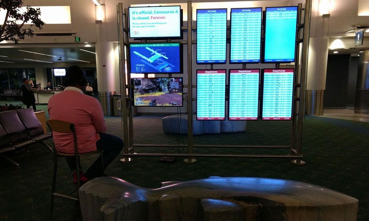 美国男子用机场屏幕玩《Apex英雄》 被警告后还想打完一局