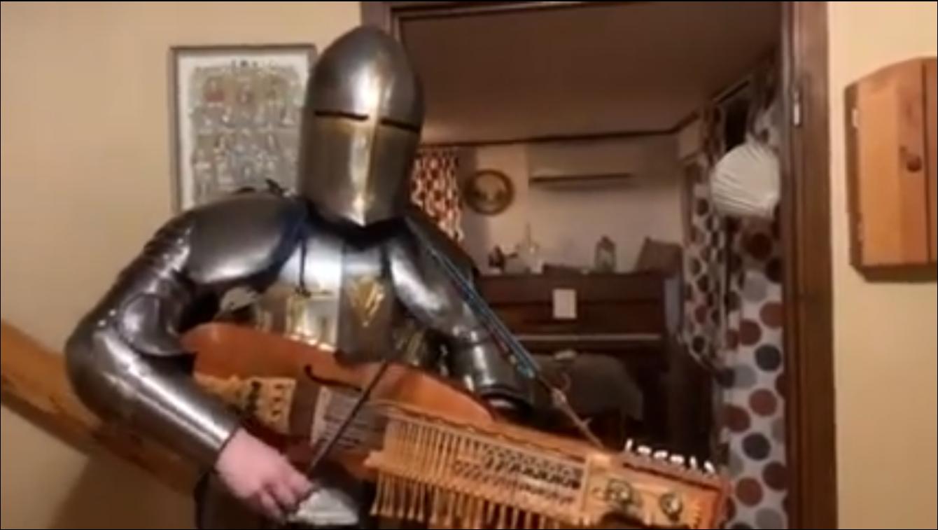 《天国:拯救》硬核COS:穿着全身铠甲演奏尼古赫帕